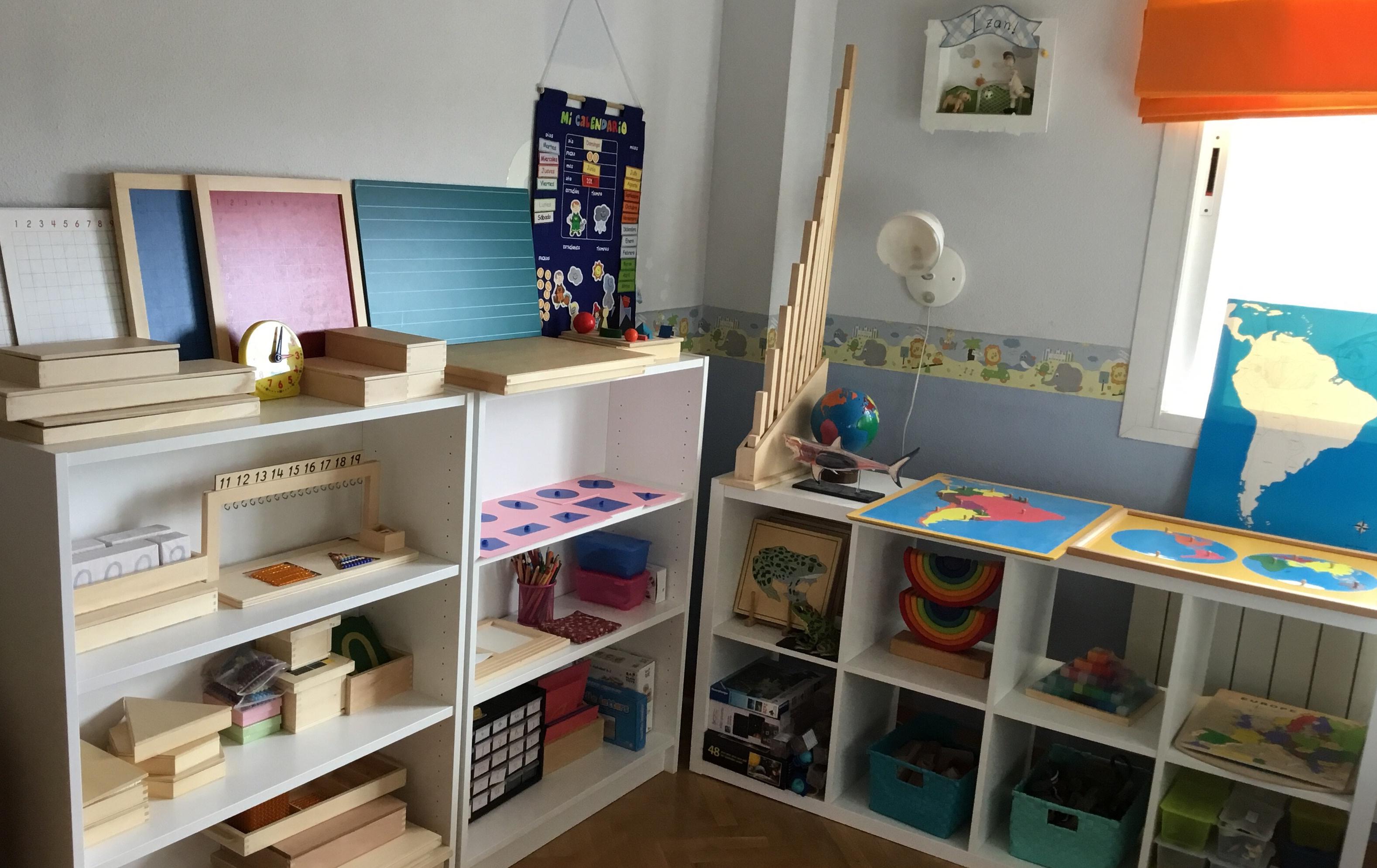 habitación con materiales Montessori para homeschooling