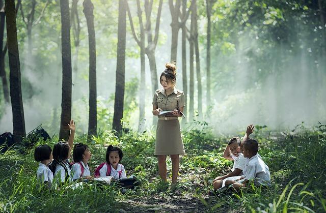 profesora da clase en la selva